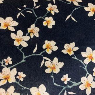 Tela algodón flores blancas sobre azul marino
